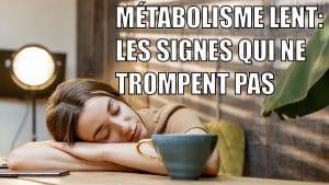 """photo d'une femme endormie à son bureau. """"métabolisme lent: les lignes qui ne trompent pas"""" écrit sur l'image"""