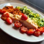 Papillote de saumon et tomates, accompagnée de spaghettis de courgette et frites de patate douce