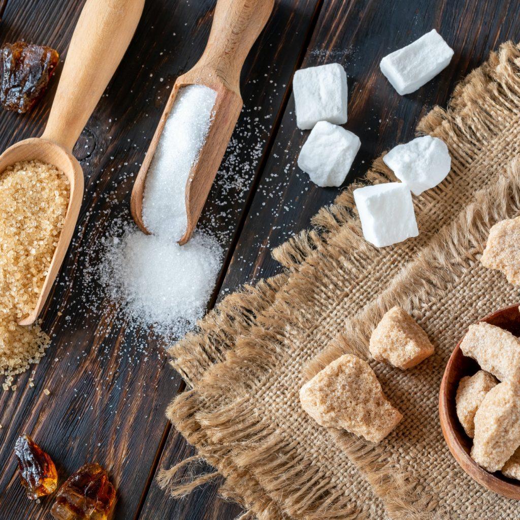 assortiment de sucres blancs et bruns