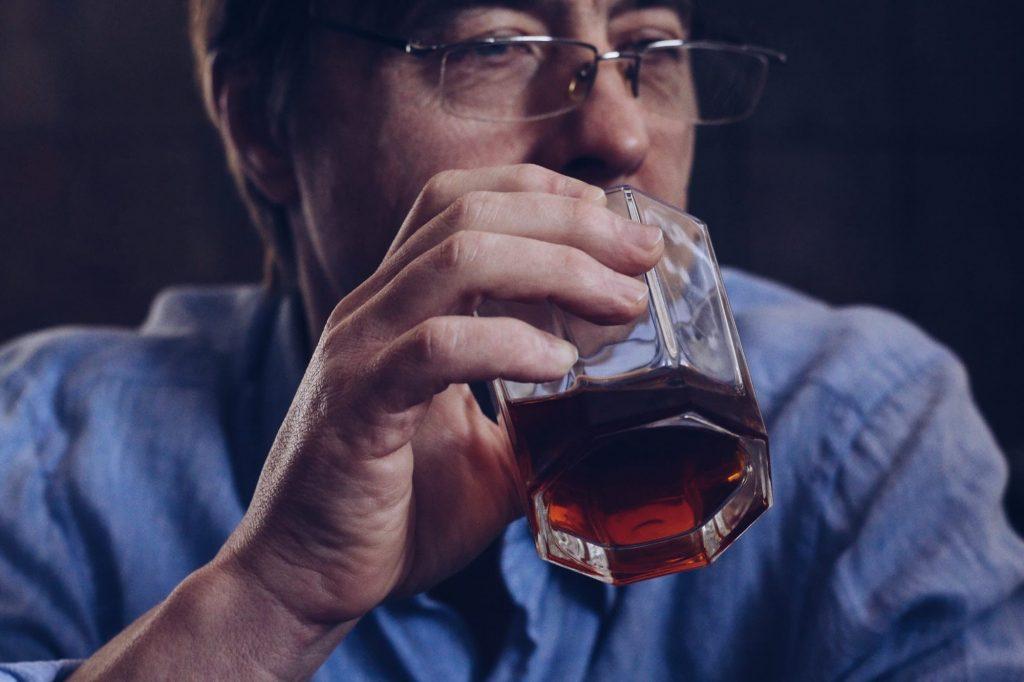 homme buvant de l'alcool