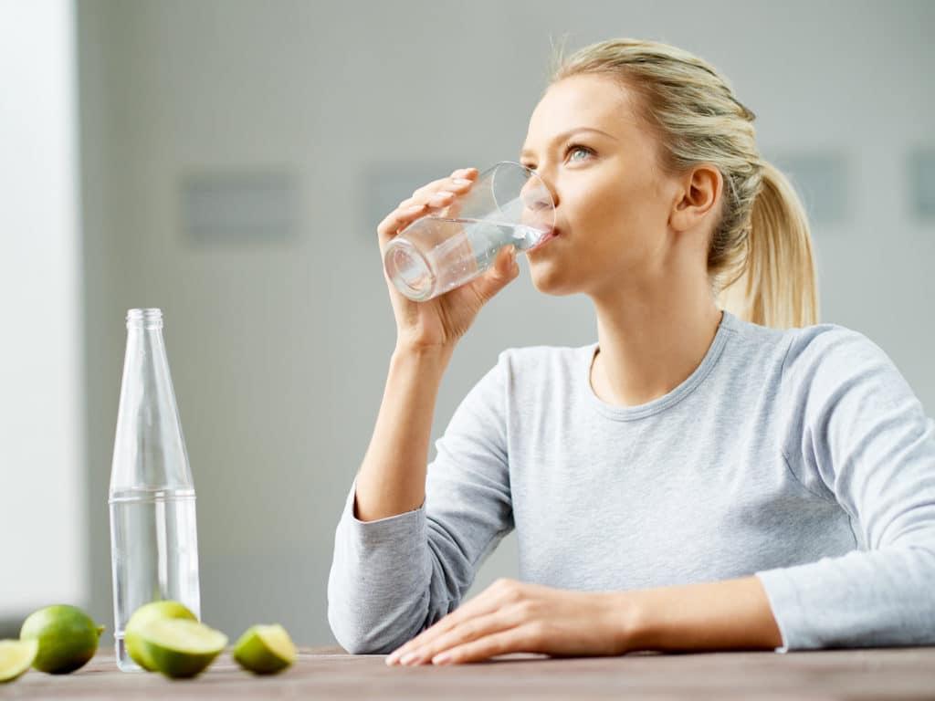 Boire de l'eau pour hydrater vos intestins et lutter contre la constipation