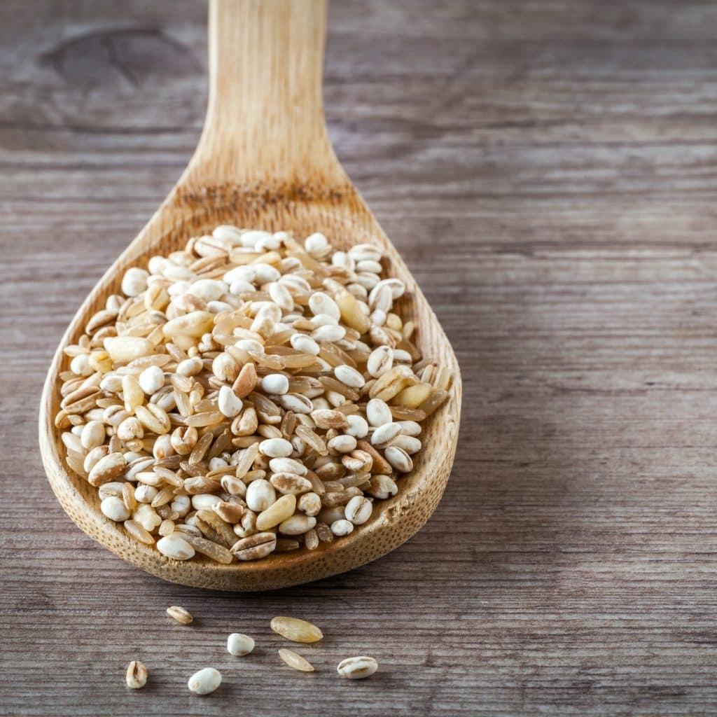 cuillère en bois contenant des céréales
