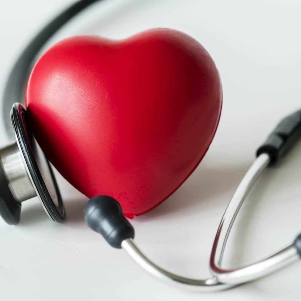 zoom sur un coeur et un stéthoscope