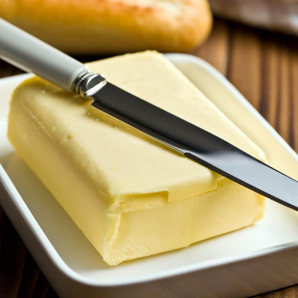 motte de beurre et couteau