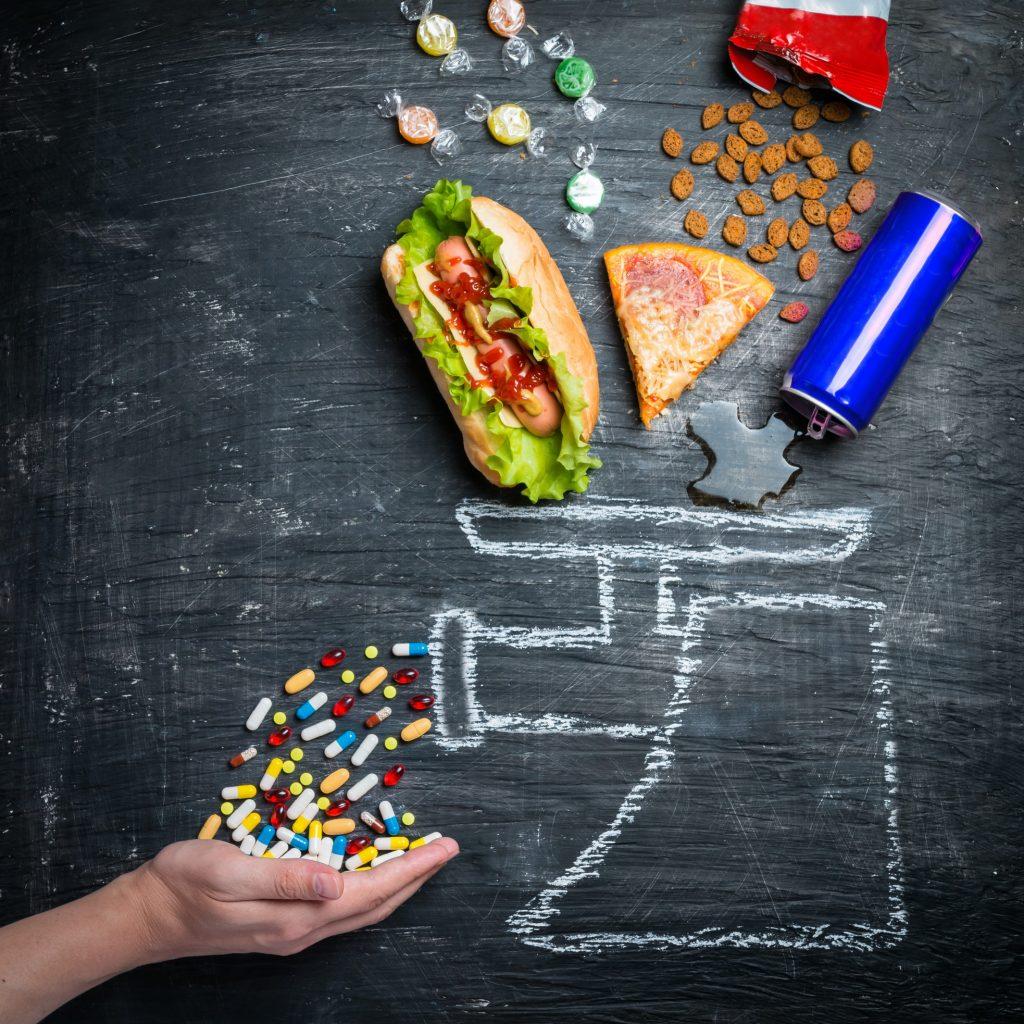 fast food soda et médicaments sur fond noir