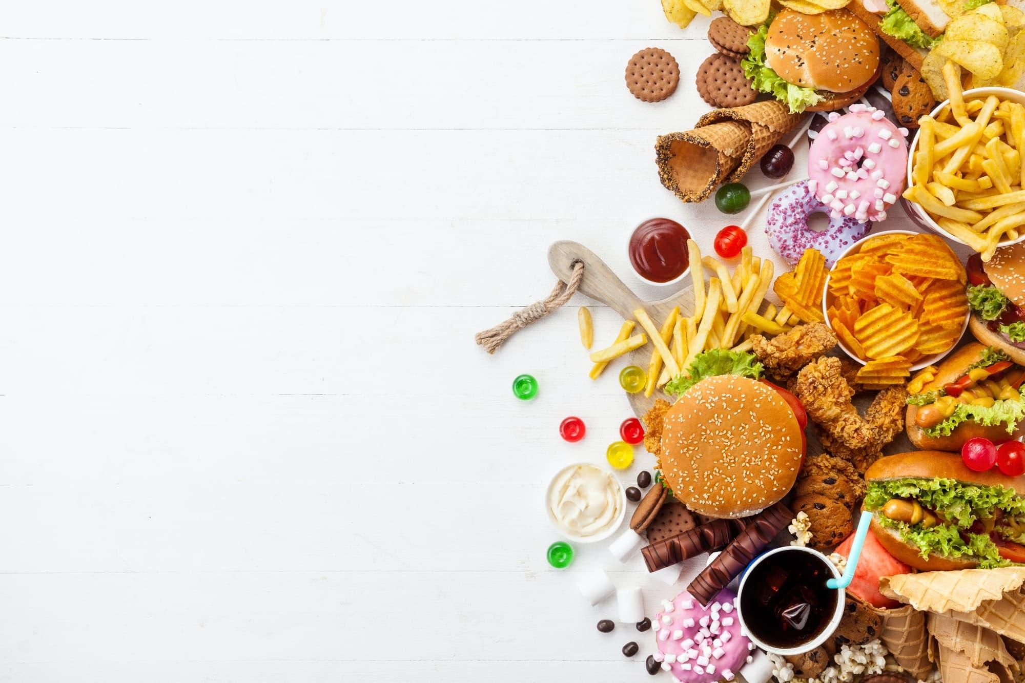 fast food et sucreries sur fond blanc