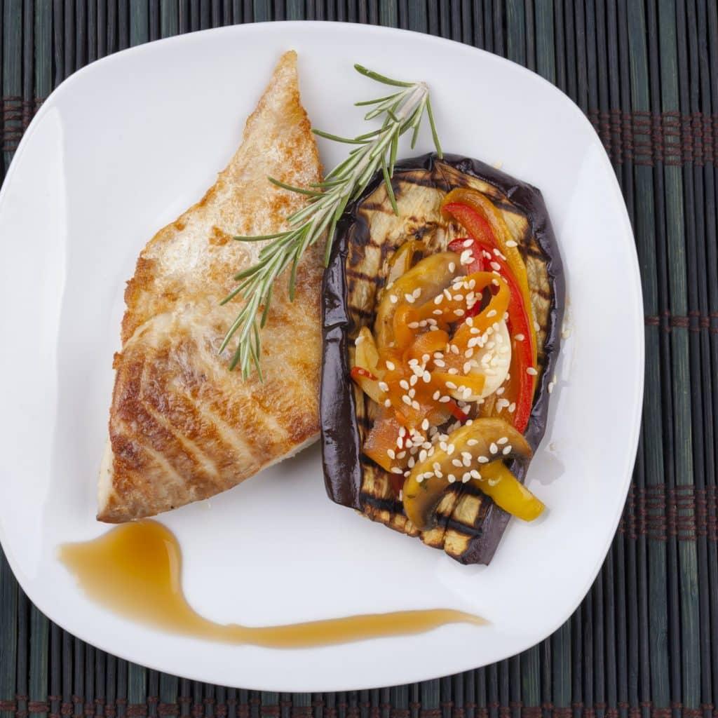 assiette de poisson et légumes