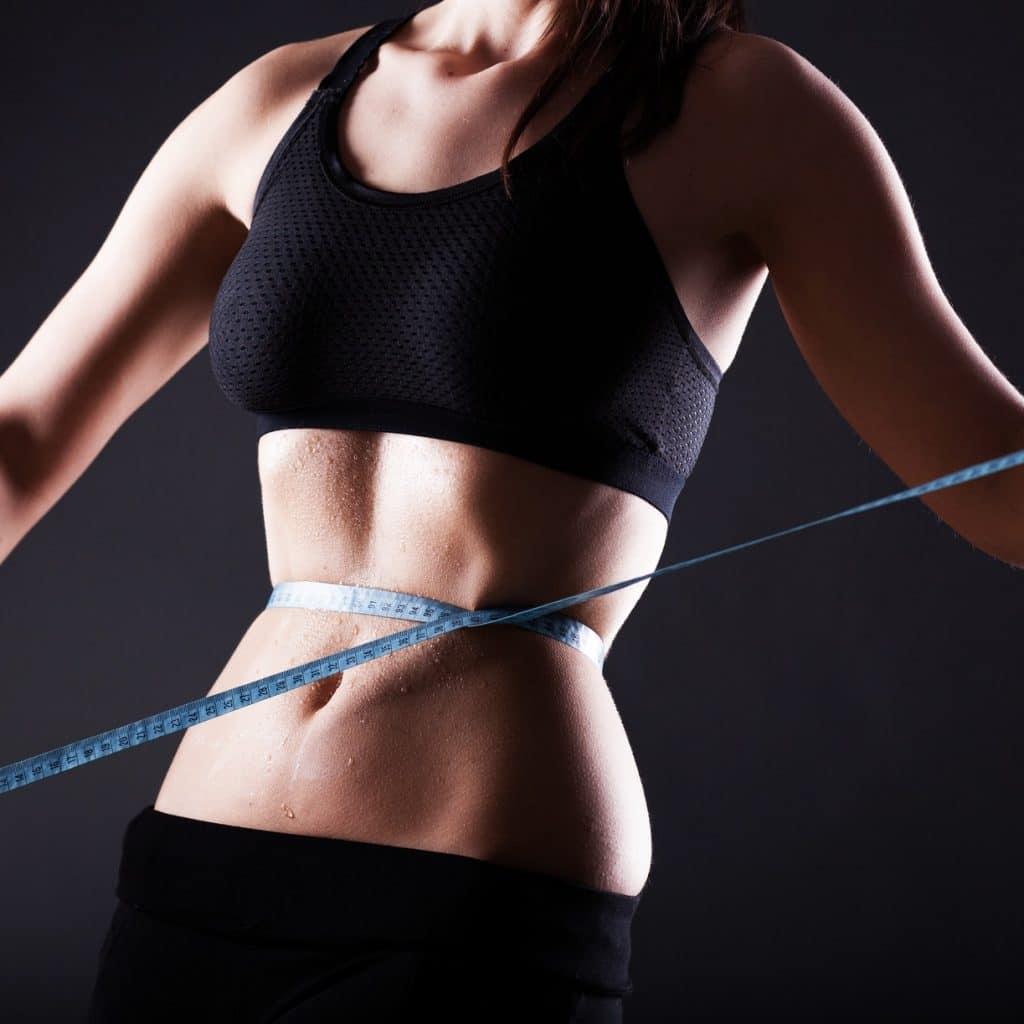 femme mince a perdu du poids et mesure son tour de taille