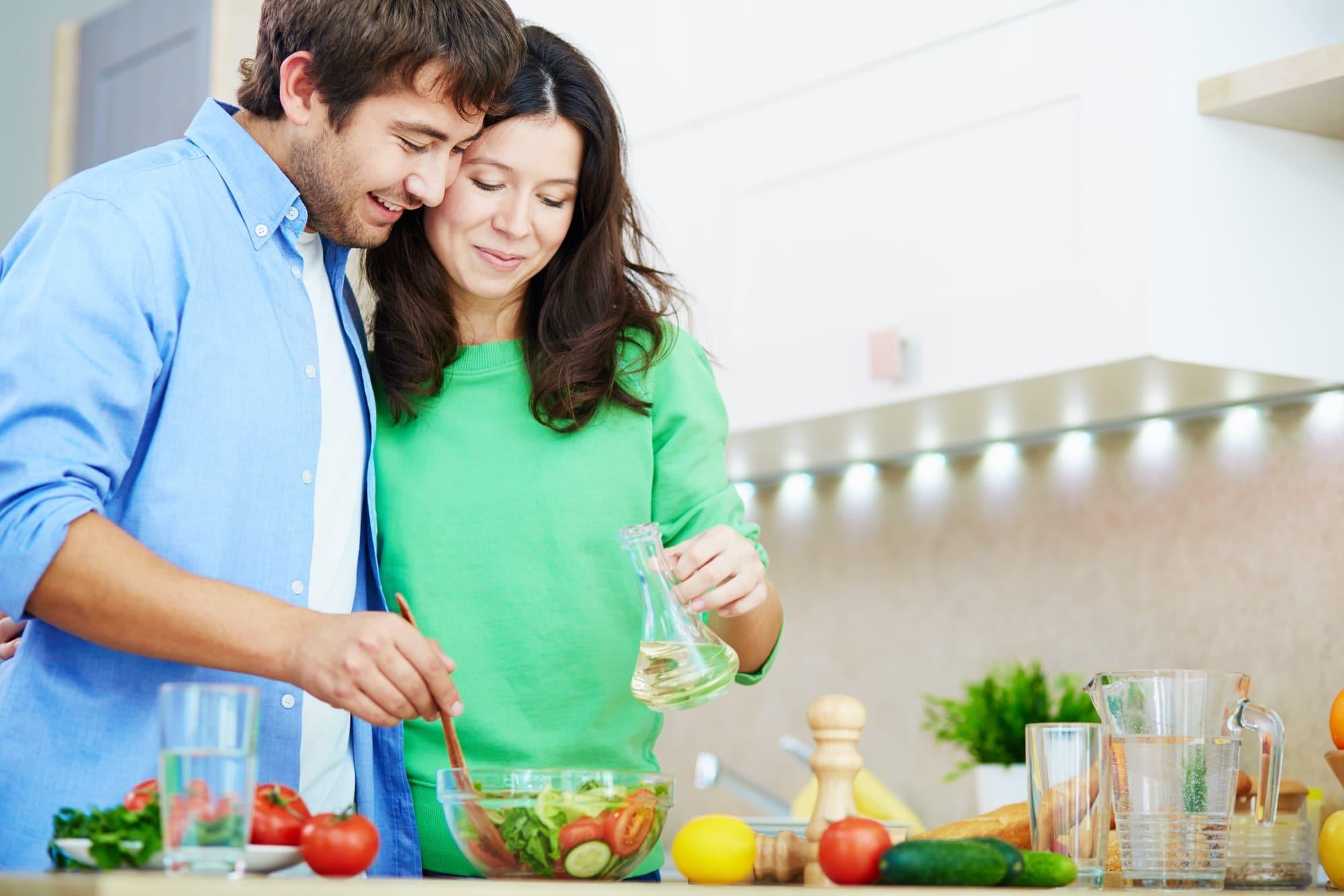 couple prépare une salade paléo