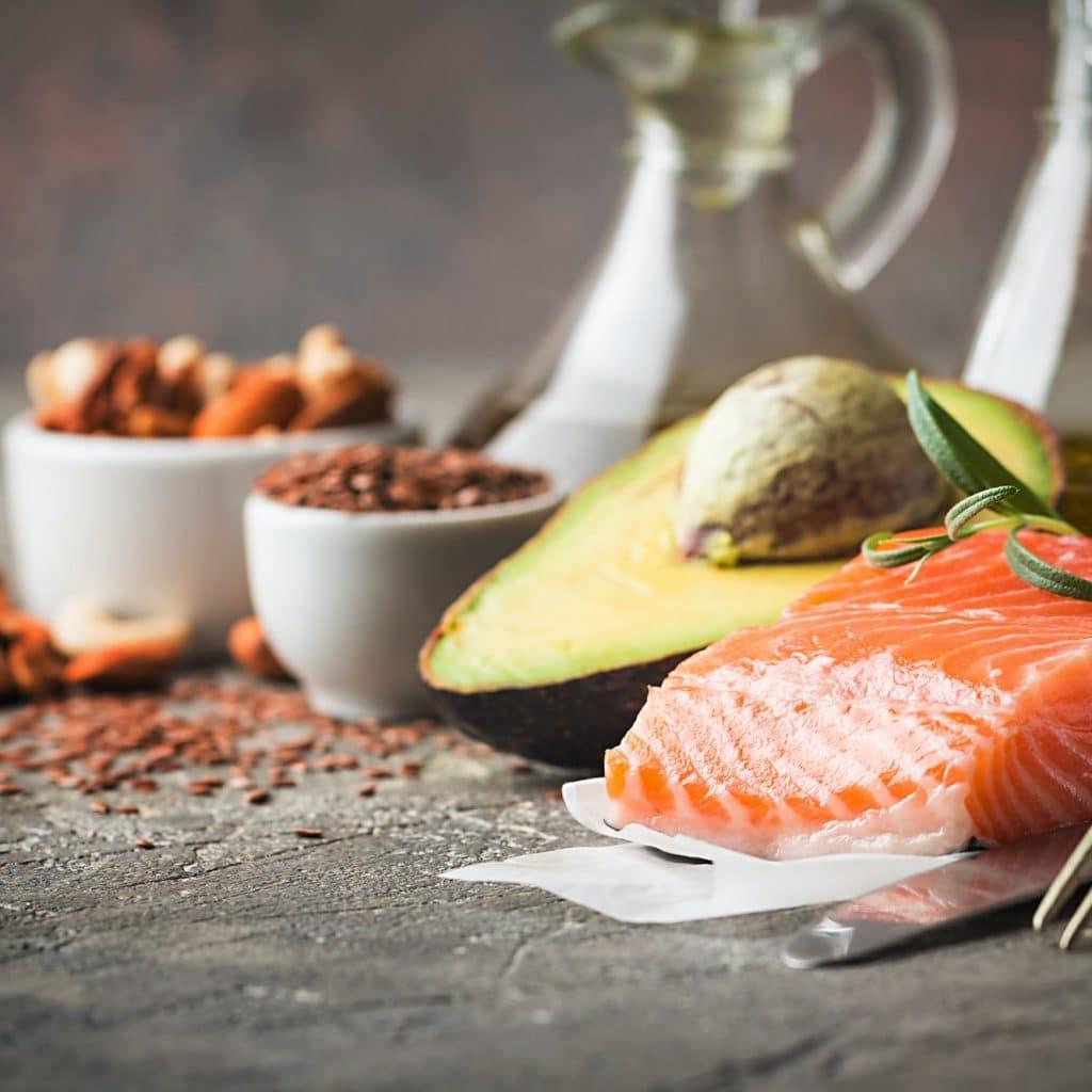 saumon avocat et autres aliments gras adaptés au régime paléo