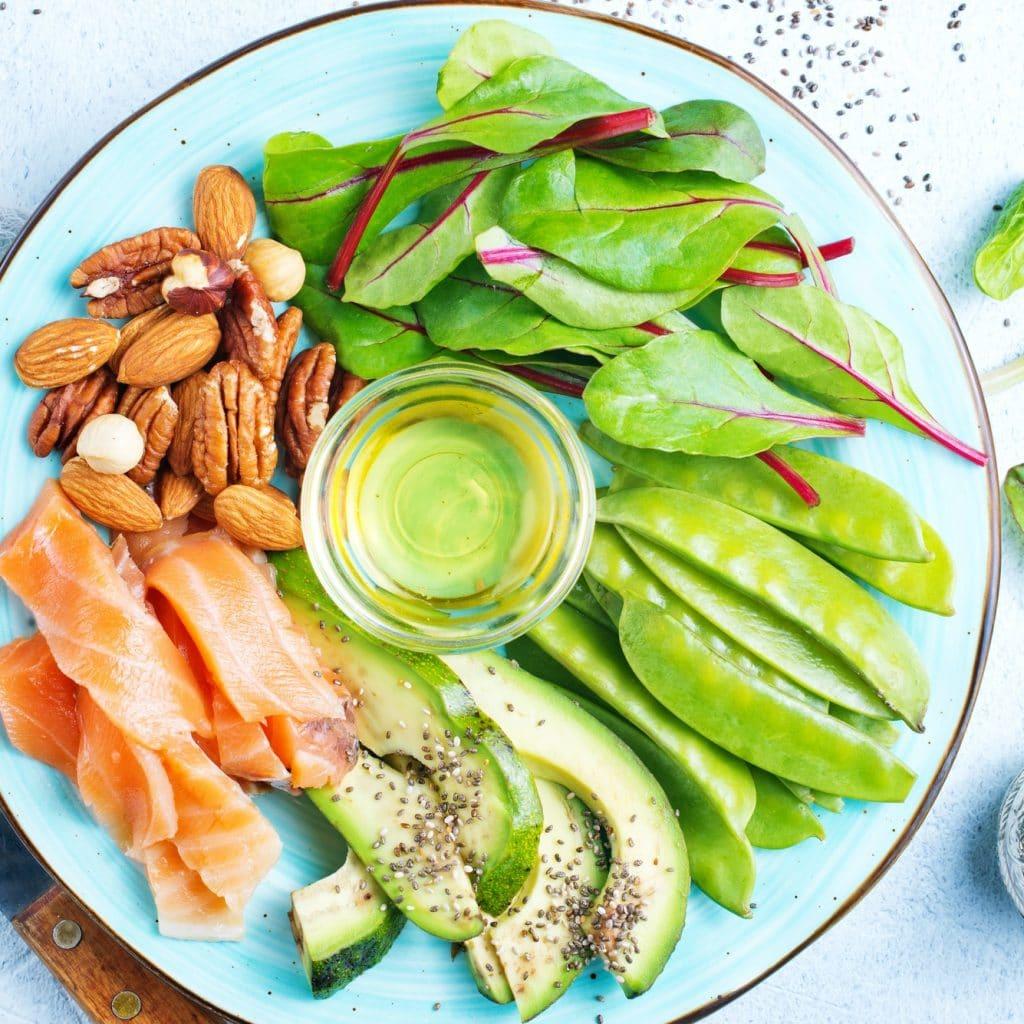 assiette de noix saumon avocat et salade pour une alimentation saine