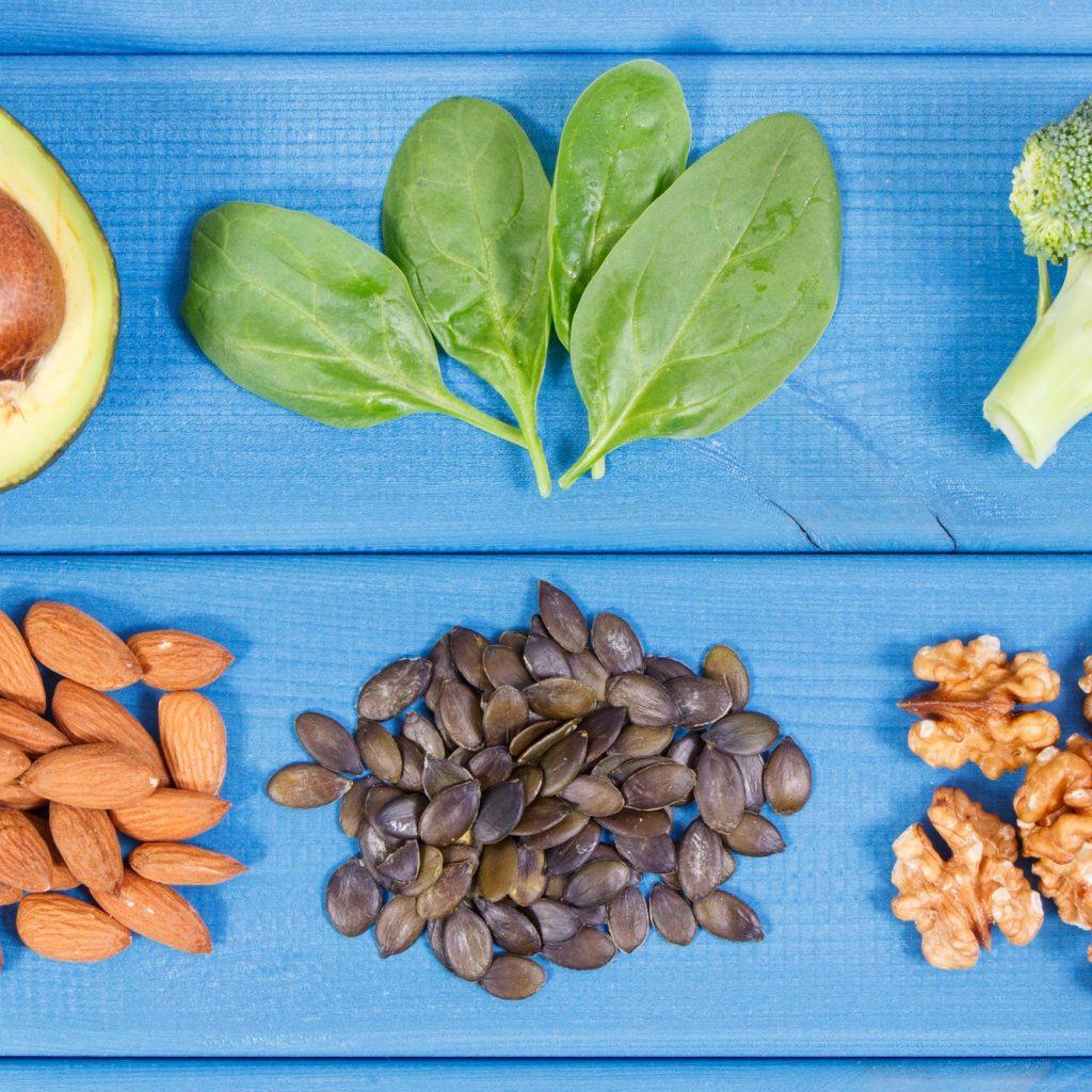 aliments riches en oméga-3 sur fond bleu