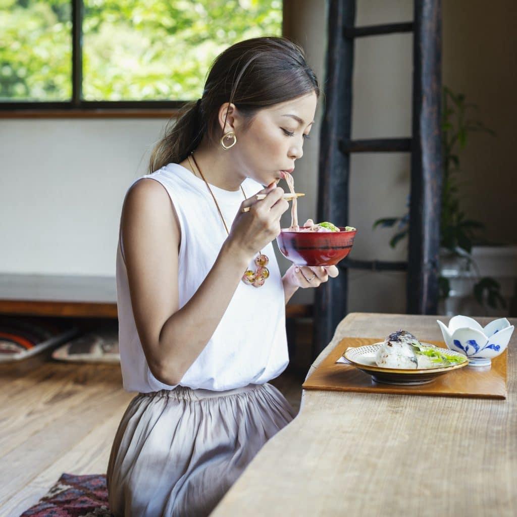 femme japonaise mange un repas du régime okinawa