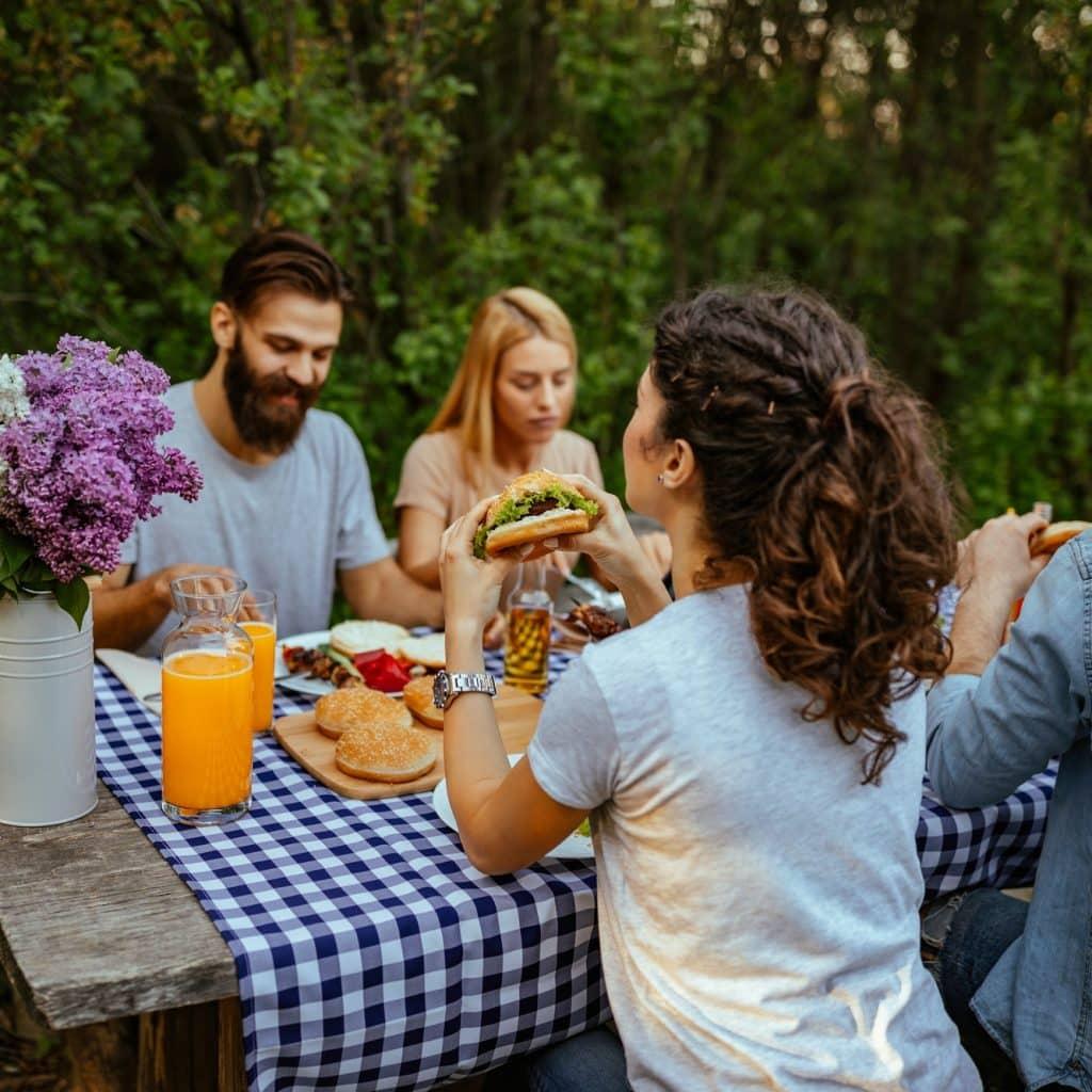 amis mangent des burgers