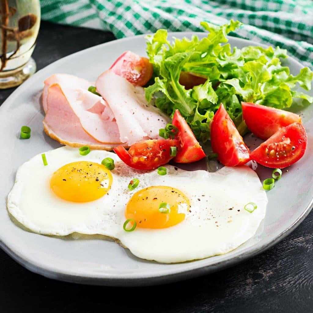 brunch paléo oeufs jambon salade tomate