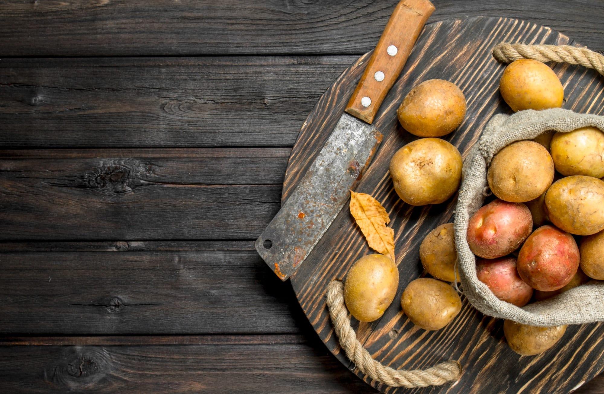 patates et couteau posés sur une table