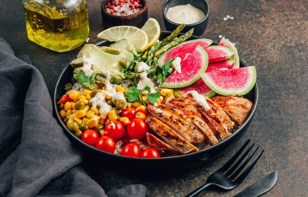 repas léger avec de la viande et des légumes