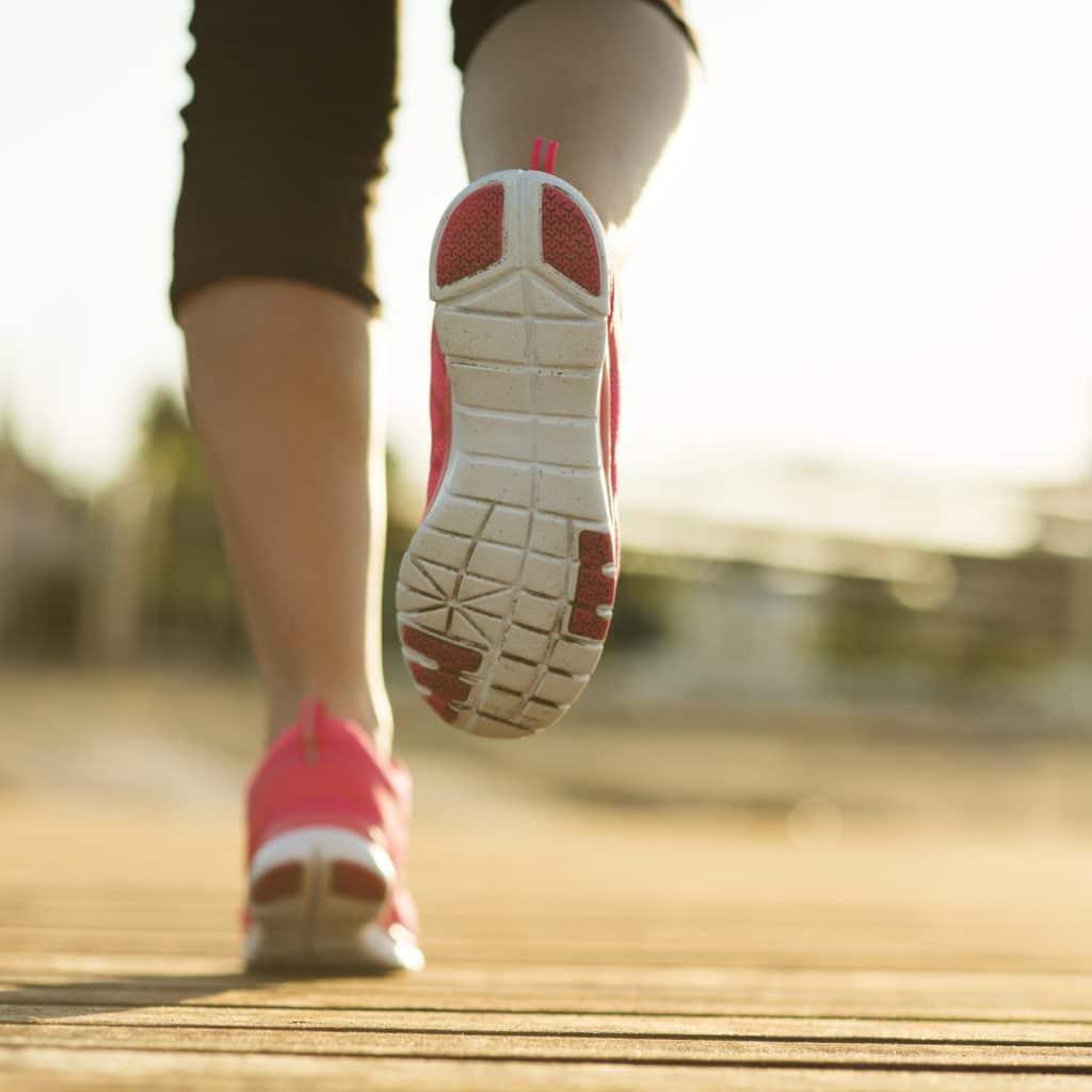 jambes d'une femme en train de courir