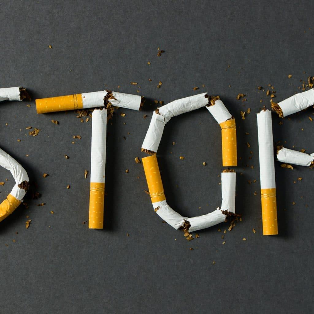 """cigarettes cassées forment le mot """"stop"""""""