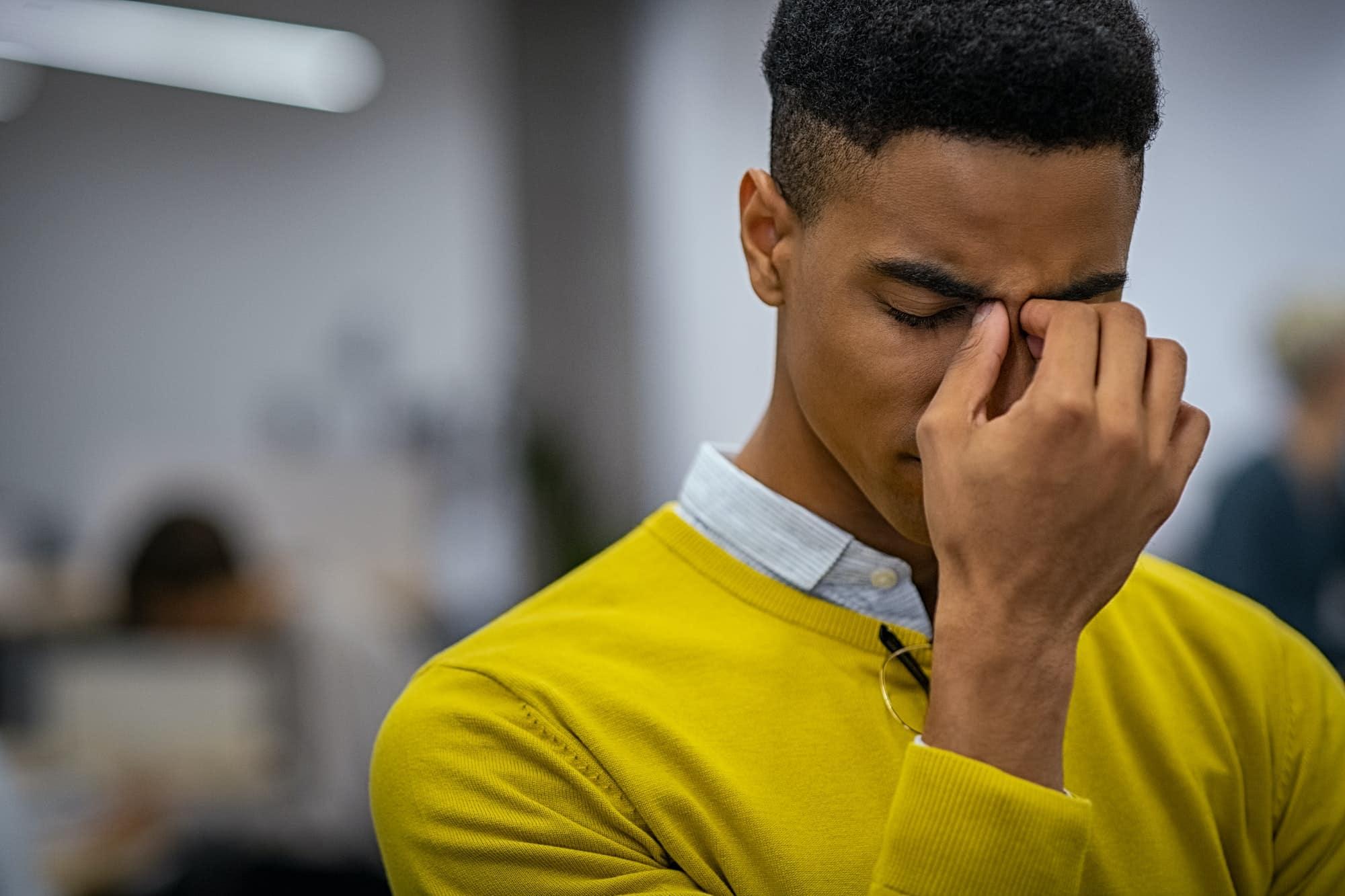 jeune homme stressé a mal à la tête
