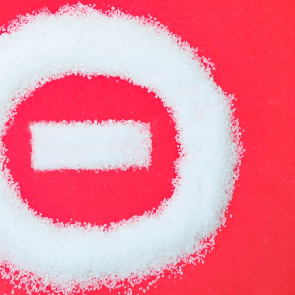 sucre en forme de panneau sens interdit sur fond rouge