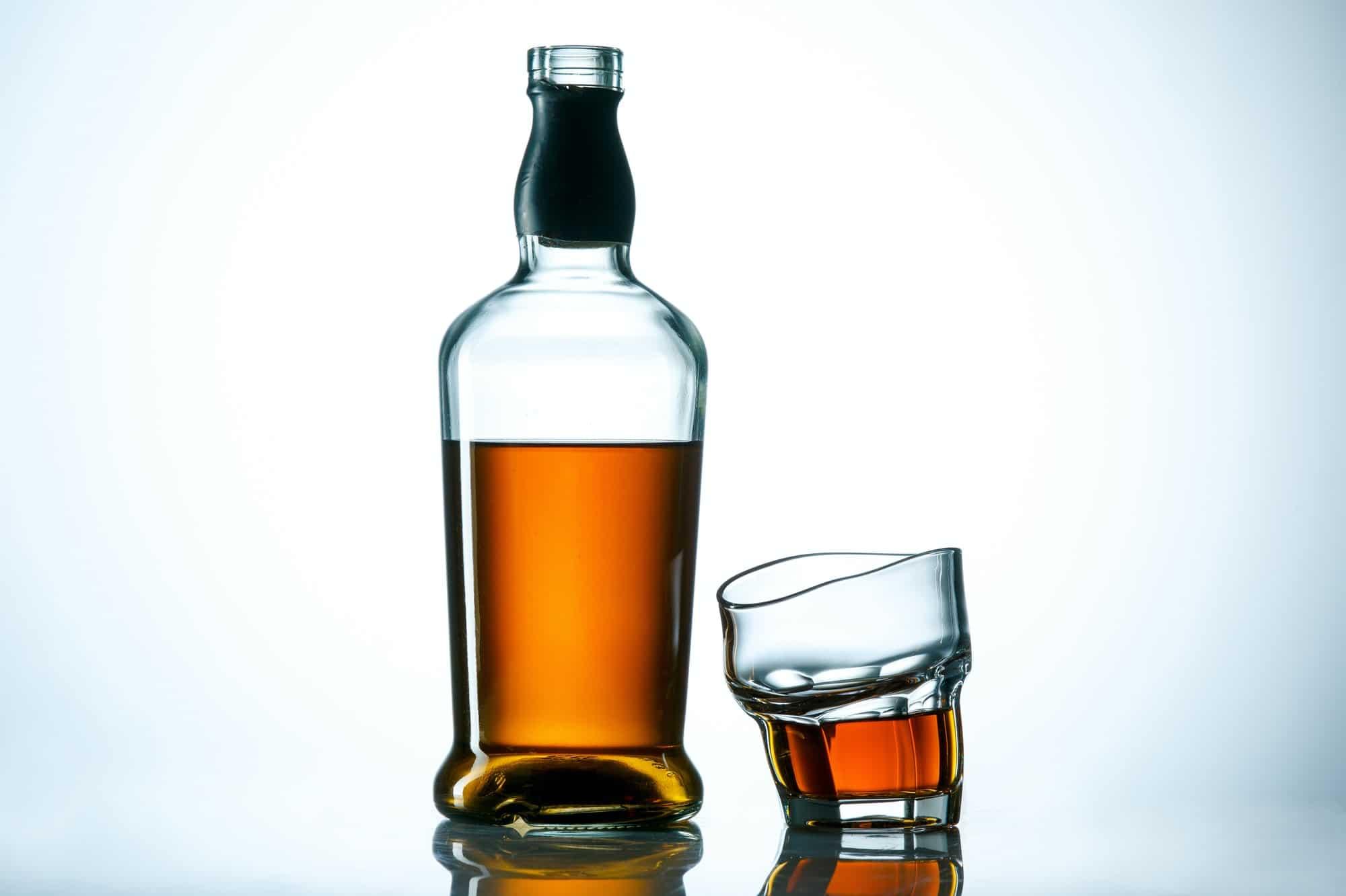 bouteille et verre d'alcool