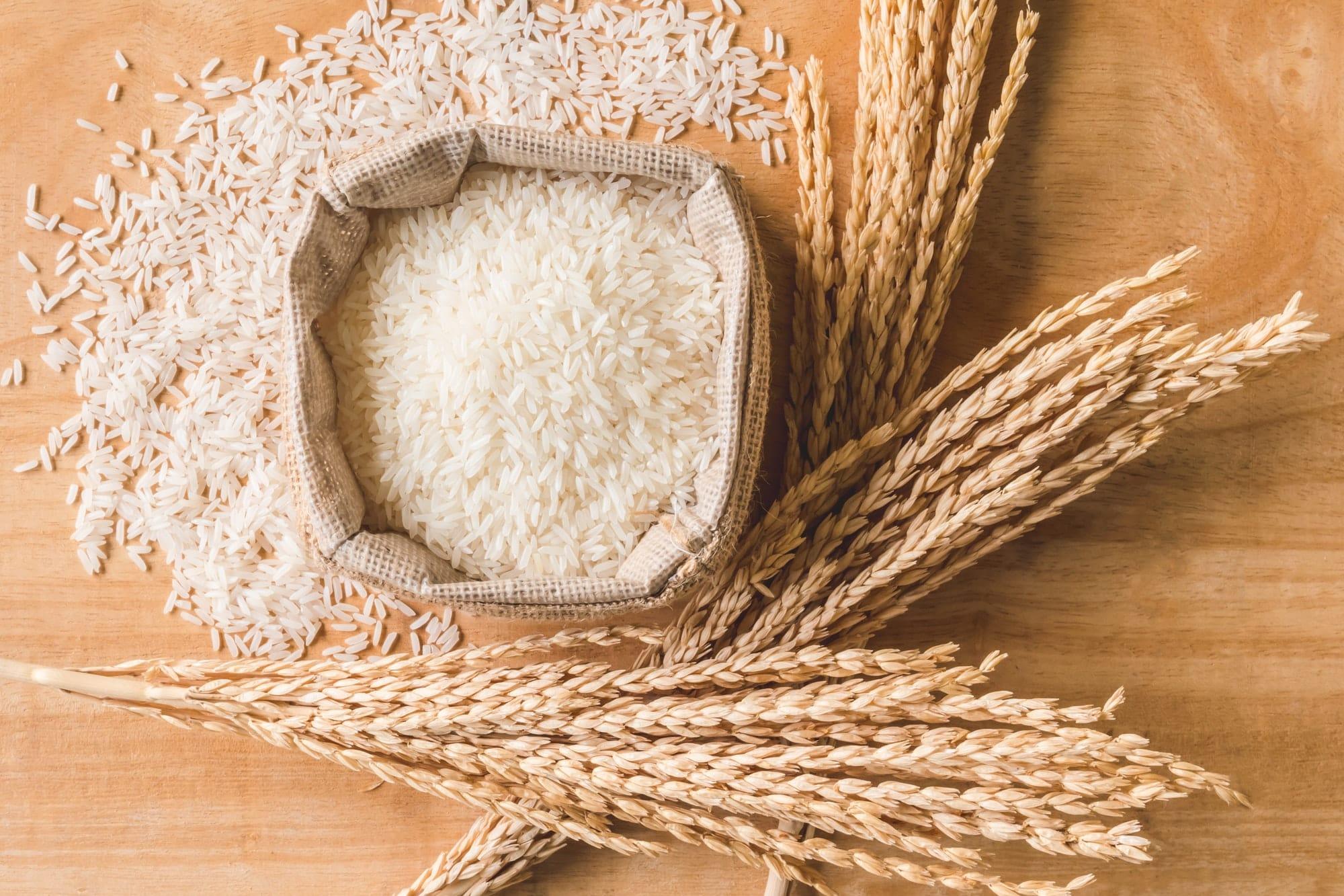 grains de riz crus dans un sac