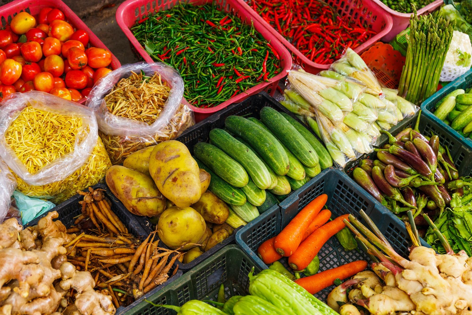 étal de marché et légumes