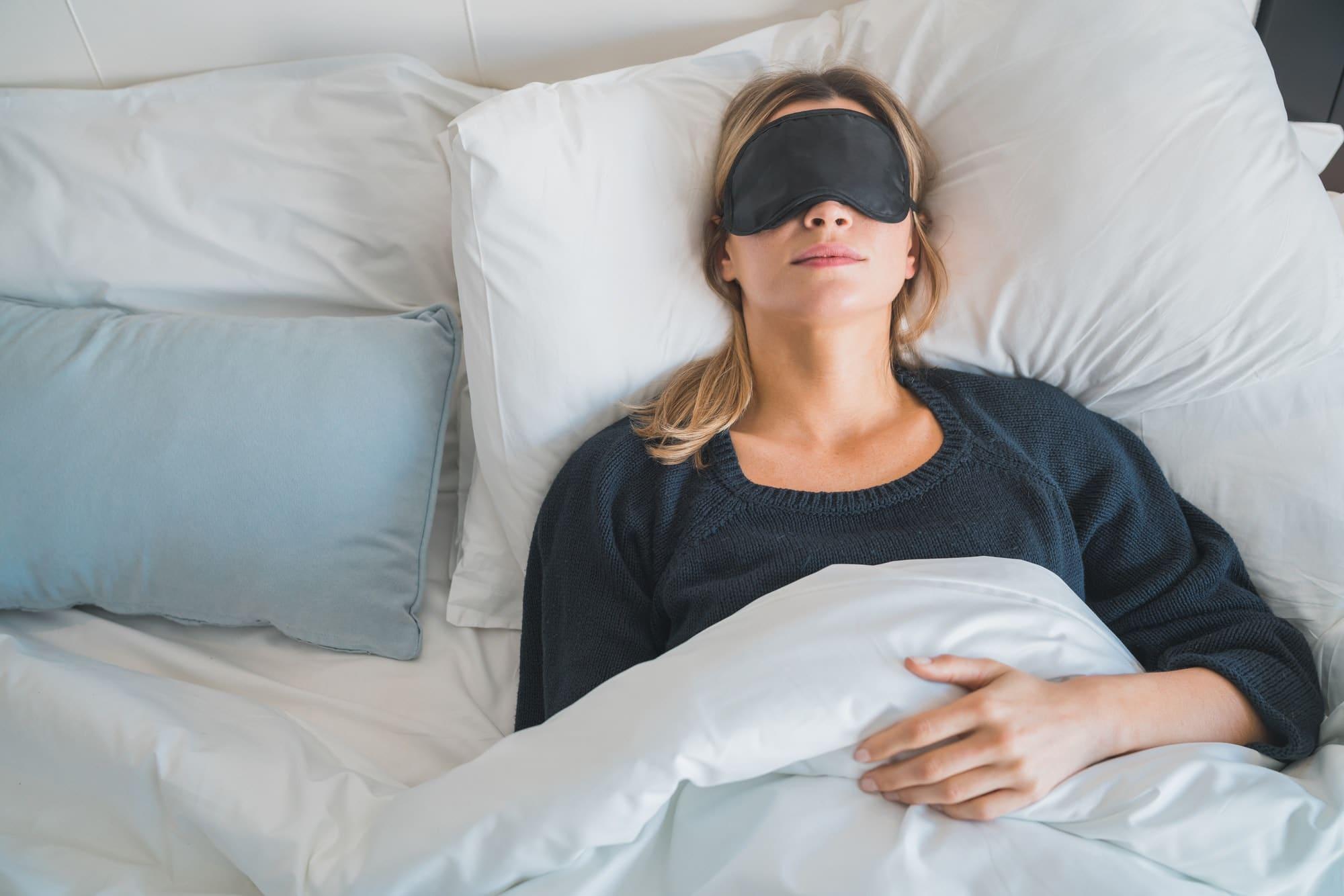 femme dort avec un masque